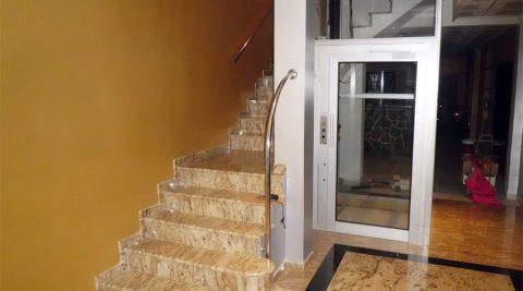 Escalera y elevador
